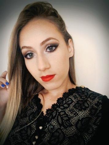 maquiagem neutra com batom vermelho