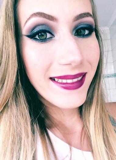 maquiagem azul marinho e batom roxo
