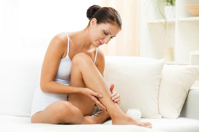 mulher-passando-creme-pernas